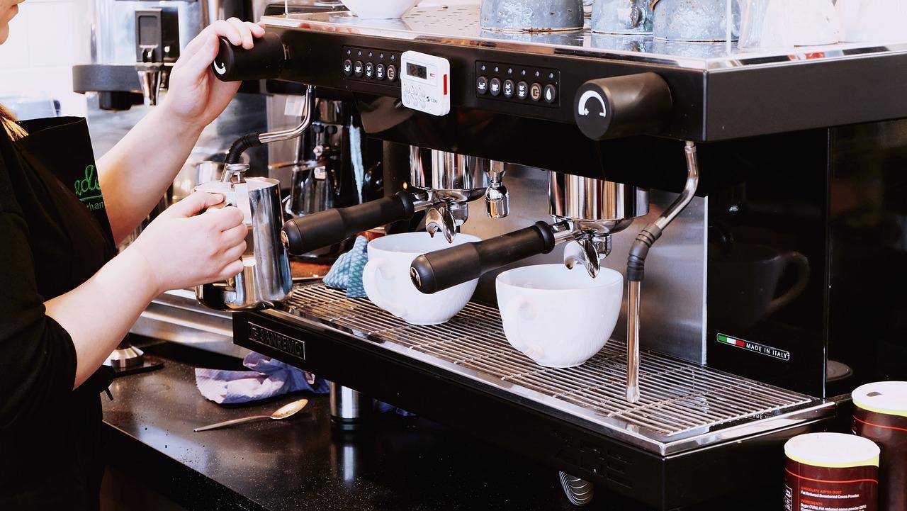 Kaffeemaschine die entkalkt wird